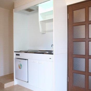 玄関すぐにあるのがキッチンです。左隣に冷蔵庫を置けそう。