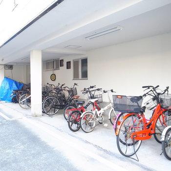 【共用部】建物の入り口右手に駐輪場があります。