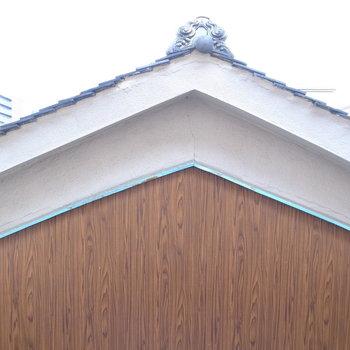 こちらはお隣さんの屋根が隣接しています。