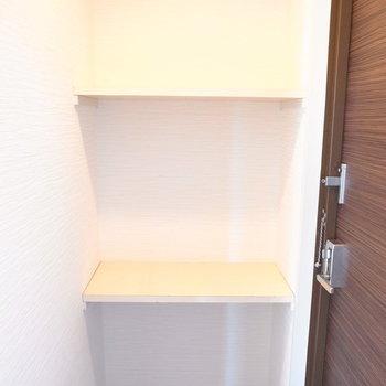 シューズボックス、というよりこちらは棚となります。つっぱり棒で棚板を追加できそうですね。