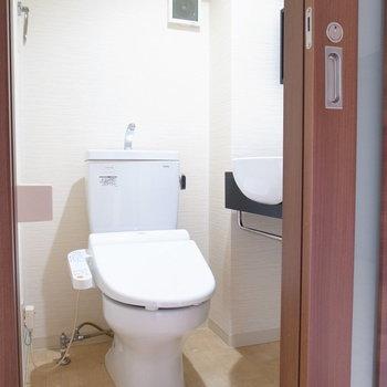 トイレはイマドキのものですよ!温水洗浄便座つきです!