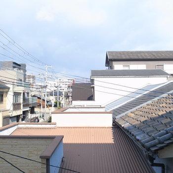 眺望は住宅地の屋根がずらっと見えます。