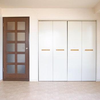 【洋室6帖】玄関へと通じるとびらとクローゼットが仲よく並んでいます。