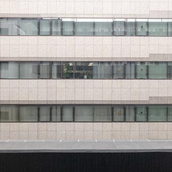 反対側は会社のビルです