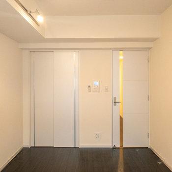 ドア横に収納があります