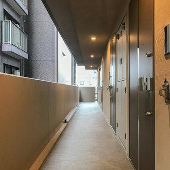 ゆったりとスペースのある共用部の廊下。雨の日はお気をつけて