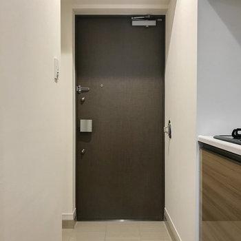 玄関はゆったりと。左側に収納があります