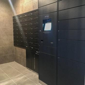 郵便受けの隣には便利な宅配ボックスがあります