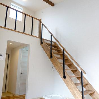 梁の見える勾配天井と木材の階段がなんとも開放的…!天井には丸いぽってりとした照明が。(※写真はモデルルームです。)