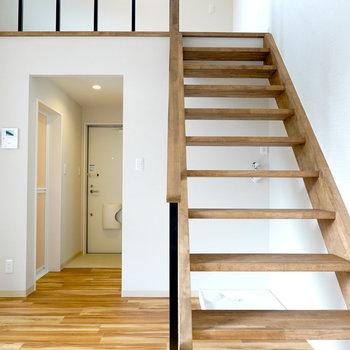 階段の木材の質感を楽しみながらいざ2階へ。