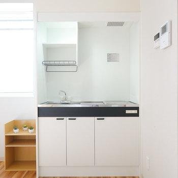 モノクロームなキッチン。乾燥棚付きが嬉しいですね。(※写真はモデルルームです。)