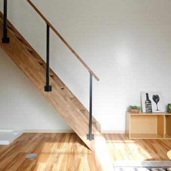 LDKは約8帖!木材の階段がまるで自然の中にいるような居心地にさせてくれます。(※写真はモデルルームです。)