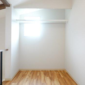 2階は約4帖の洋室。奥はハンガーパイプ付きのオープンクローゼットになっています。