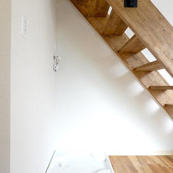 洗濯機置場はリビングの階段下に。インテリアにもなるカッコいいモノを選びたい。