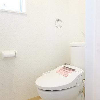 トイレは嬉しいウォシュレット付き!窓があって明るい空間。