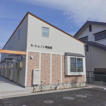 駅から線路沿いを真っ直ぐ歩いて約3分。三角屋根でひと目で分かる建物です。