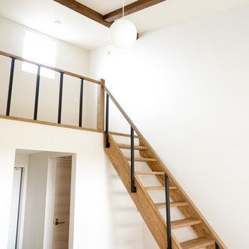 思わず深呼吸をしたくなる無垢床と高い天井が開放的な空間…!(※写真は同間取りの別部屋です。)