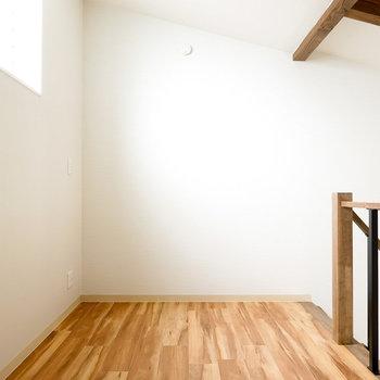 ちょっと大きめの布団を敷いて寝室にも、木材のデスクを置いてワークスペースにも使えそう。