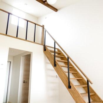 梁の見える勾配天井と木材の階段がなんとも開放的…!天井には丸いぽってりとした照明が。