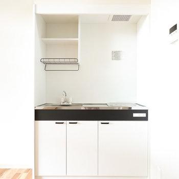 モノクロームなキッチン。乾燥棚付きが嬉しいですね。