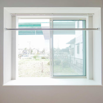 ベランダはありませんが、洗濯物は出窓の物干し竿で干せます。