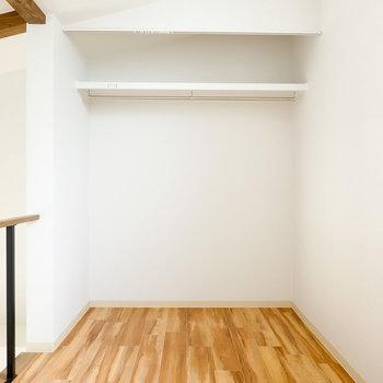 2階は約4帖の洋室。奥はハンガーパイプ付きのオープンクローゼットになっています。(※写真は同間取りの別部屋です。)
