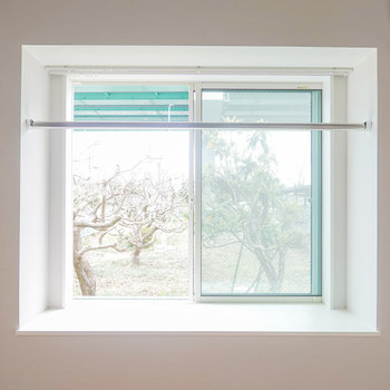 ベランダはありませんが、洗濯物は出窓の物干し竿で干せます。(※写真は同間取りの別部屋です。)