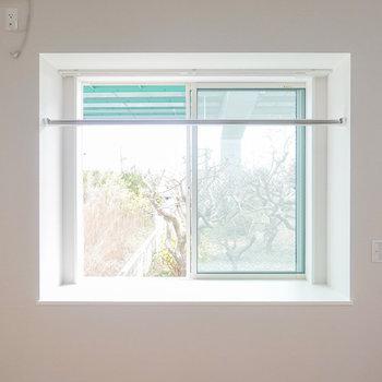 ベランダはありませんが、洗濯物は出窓の物干し竿で干せます。(※写真は反転間取り別部屋のものです。)