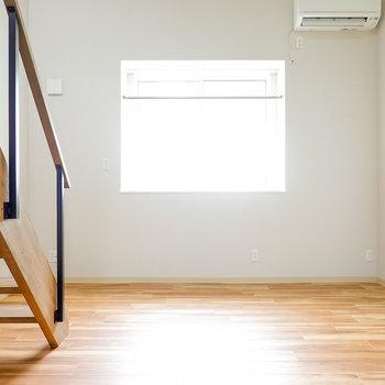 LDKは約8帖!東向きの窓からの光がお部屋を柔らかく照らしてくれます。(※写真は反転間取り別部屋のものです。)