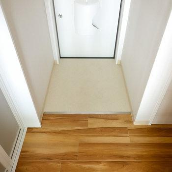 玄関はフラットなので、靴の脱ぎ履きがラクにできそう。(※写真は反転間取り別部屋のものです。)
