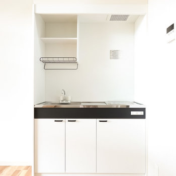 モノクロームなキッチン。乾燥棚付きが嬉しいですね。(※写真は反転間取り別部屋のものです。)