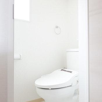 トイレは嬉しいウォシュレット付き!窓があって明るい空間。(※写真は反転間取り別部屋のものです。)
