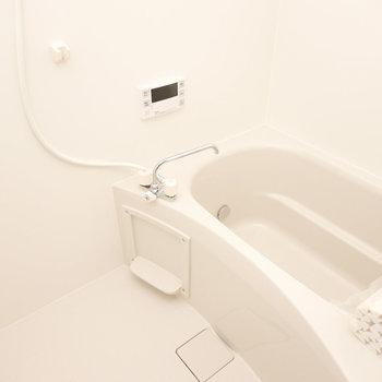 お風呂は追い焚き付き。冬場にずっと温かいお湯に浸れる幸せ…(※写真は反転間取り別部屋のものです。)