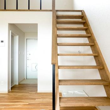 階段の木材の質感を楽しみながらいざ2階へ。(※写真は反転間取り別部屋のものです。)