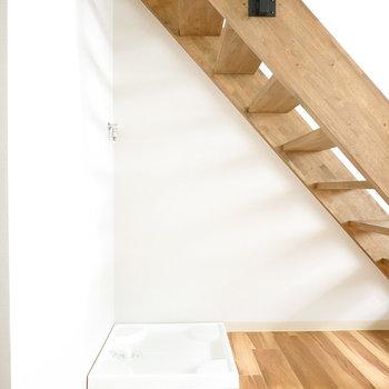 洗濯機置場はリビングの階段下に。インテリアにもなるカッコいいモノを選びたい。(※写真は反転間取り別部屋のものです。)