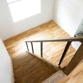 思わず深呼吸をしたくなる無垢床と高い天井が開放的な空間…!(※写真は反転間取り別部屋のものです。)
