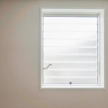 ハンドルで開閉可能なオーニング窓があるので、照明がなくても明るめ。(※写真は反転間取り別部屋のものです。)