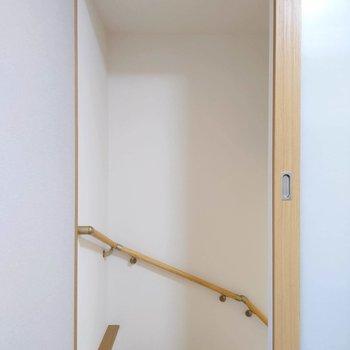 ドアを開くとすぐに階段が。※写真は前回募集時のものです