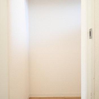 玄関前の収納です。