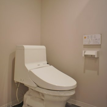 お隣さんがおトイレ。※写真は、1階の同タイプのもの