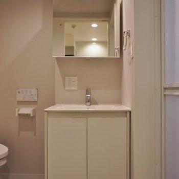 スタイリッシュな洗面。※写真は、1階の同タイプのもの
