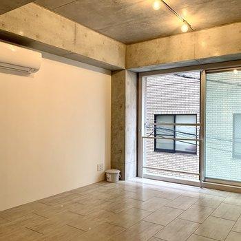 【2F】コンクリートですが、大きな窓のおかげで明るく感じます