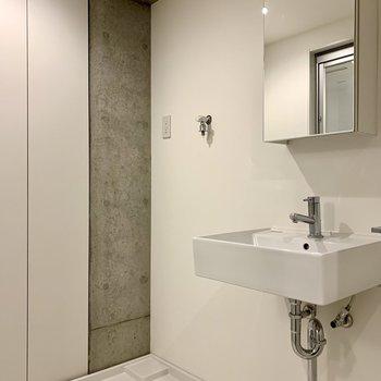 【2F】洗濯機置き場と洗面台は隣り合っています