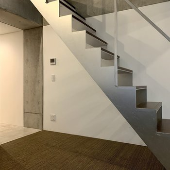 【2F】階段下に食器棚が置けそうなスペースがありますよ