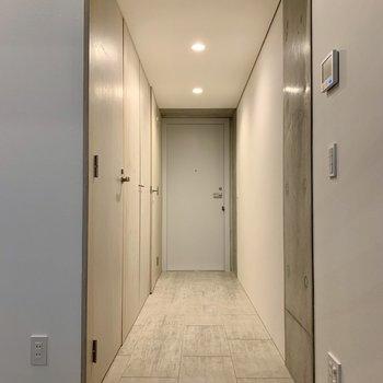 【2F】玄関は段差がないので躓く心配もなし!