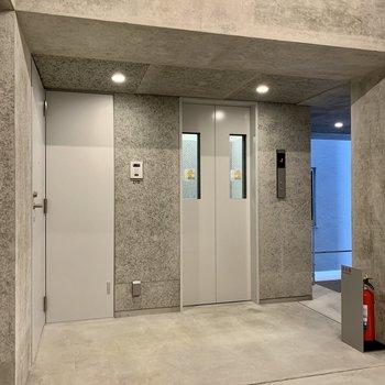 お部屋はエレベーターの隣です