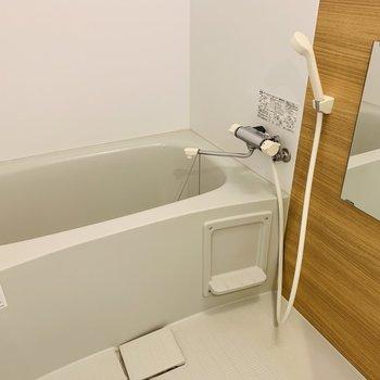 浴室は木目シートで明るく清潔