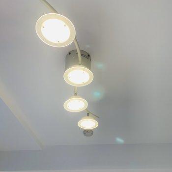 リビングの照明器具がキラキラで素敵!