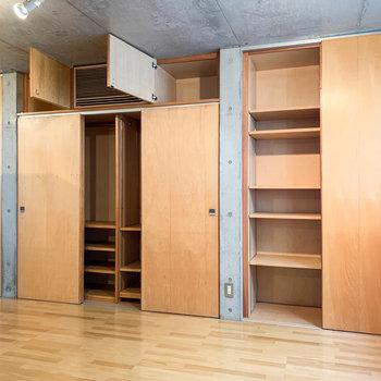 右に扉2つ分の棚。左には扉3つ分クローゼット。