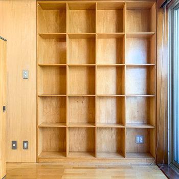 サイドには本棚のような棚。右下にテレビのアンテナがあります。